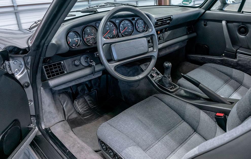 El interior del Porsche 959 era muy similar al del 911 que se vendía entonces.
