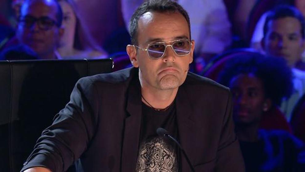"""Una espontánea irrumpe en una entrevista de Risto Mejide a un médico negacionista al grito de: """"inútil, ¡a callar!"""""""