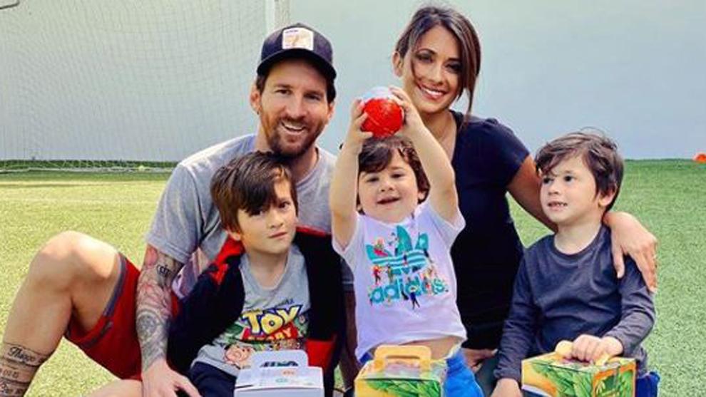 Messi y Antonela con sus hijos