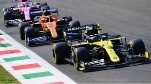 Ricciardo, Sainz y Pérez, durante los entrenamientos libres de hoy en...
