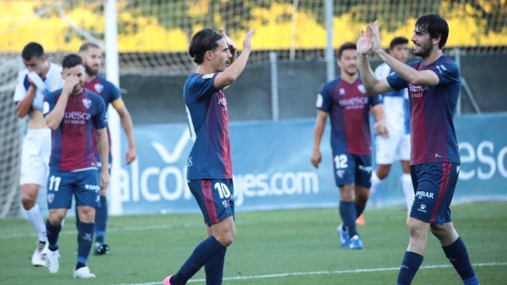Los jugadores del Huesca, durante el partido de hoy contra el...
