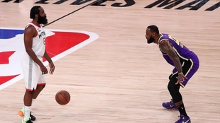 James Harden, ante la defensa de LeBron James.