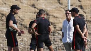 Simeone y su cuerpo técnico, también Berta, en San Rafael.