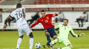 Trapp se adelanta a Rodrigo Moreno en el partido entre Esaña y...