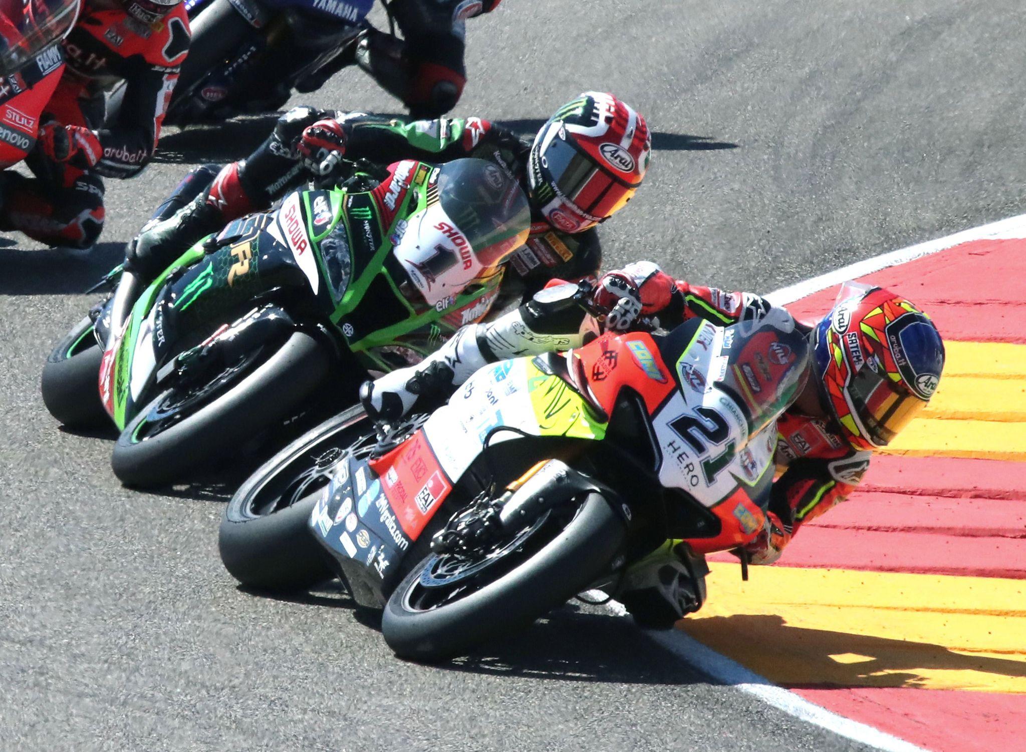 GRAF171. ALCAÑIZ (TERUEL), 05/09/2020.- El piloto de Ducati Michael Ruben Rinaldi (dcha) toma una cura seguido por Jonathan Rea (1) durante la primera carrera de lt;HIT gt;Superbikes lt;/HIT gt; disputada hoy sábado en el circuito turolense de Motorland Alcañiz, donde este fin de semana se disputan dos pruebas del Campeonato del Mundo de lt;HIT gt;Superbikes lt;/HIT gt;. EFE/Javier Cebollada