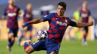 Luis Suárez intenta un remate a portería.