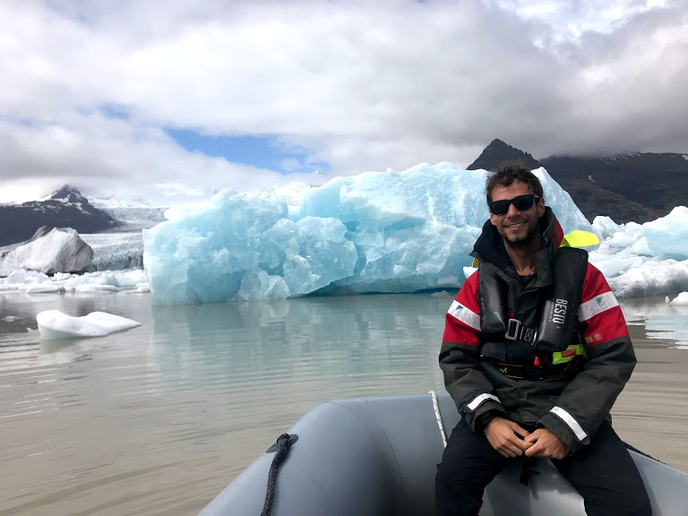 Álvaro Cuñado visitando la laguna glacial de Jökulsárlón en Islandia.