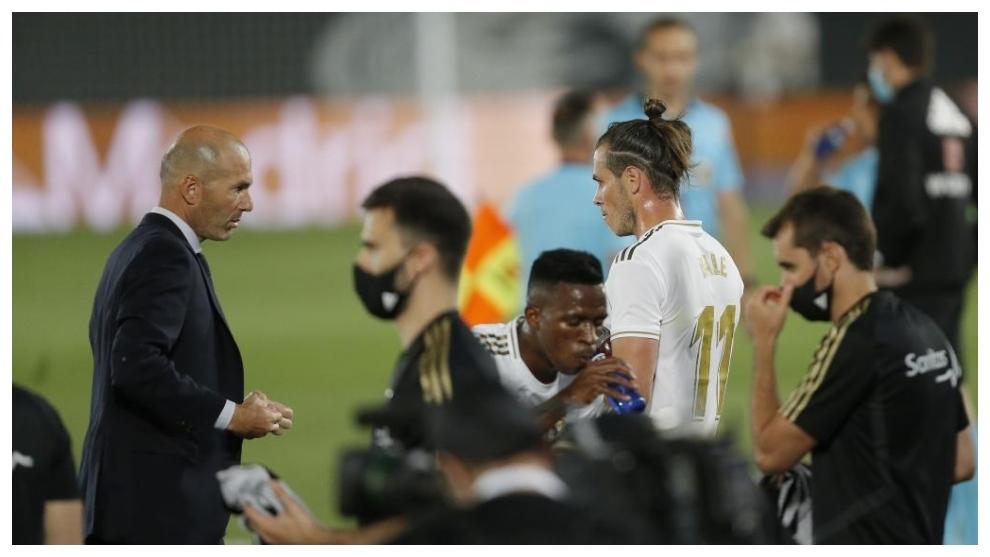 Zidane y Bale se miran durante un partido del Real Mdrid.