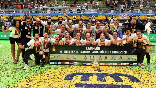 Jugadoras y técnicos del Rincón Fertilidad Málaga celebran la...