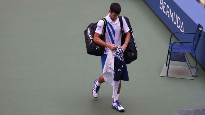 Djokovic abandona la pista tras la descalificación