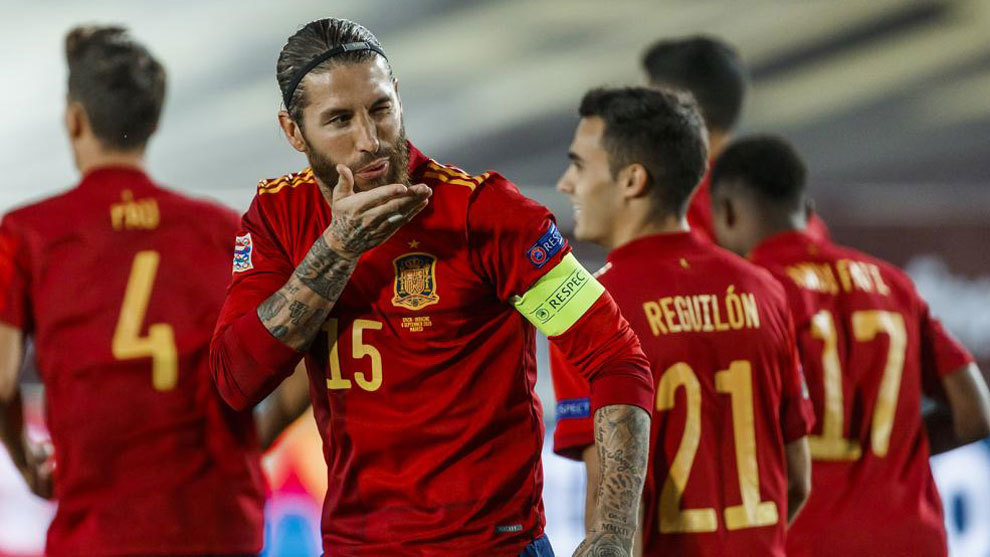 Sergio Ramos celebra uno de sus dos goles a Ucrania