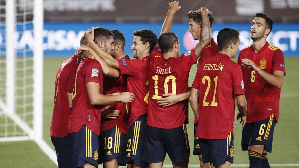 Los jugadores de la selección celebran el cuarto gol a Ucrania
