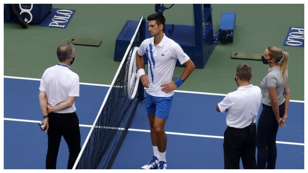 Djokovic espera la decisión final en la pista central.
