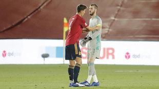 Pau Torres pone a De Gea el brazalete de capitán de la selección