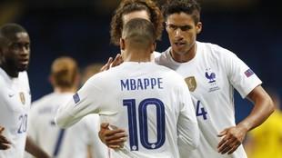 Varane celebra junto a Mbappé y Griezmann el gol ante Suecia.