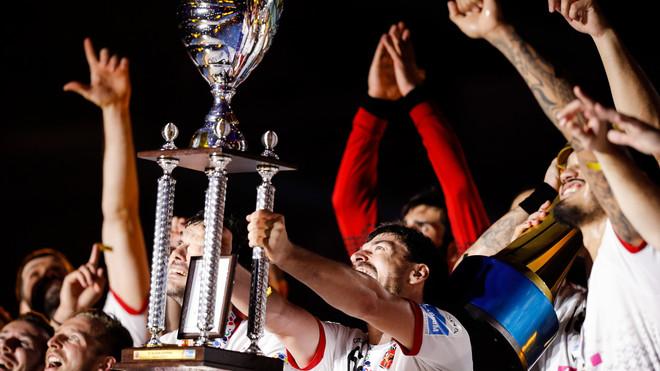 El capitán del Veszprém, Mate Lekai, alza el trofeo de campeones de...