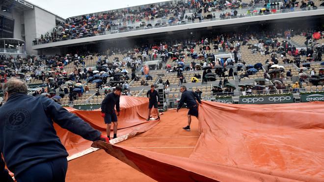La pista central de Roland Garros, tapada con una lona durante unas...