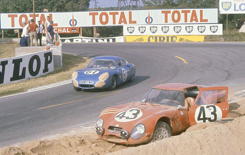 El M63, pasando junto a un Alfa Romeo TZ1 que ha abandonado la carrera.