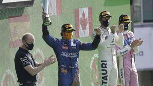 Carlos Sainz, celebrando en el podio de Monza su segundo puesto.