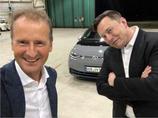 Imagen que Herbert Diess colgó en su cuenta de LinkedIN junto a Elon...