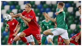 Haaland lanza una contra contra Irlanda del Norte.