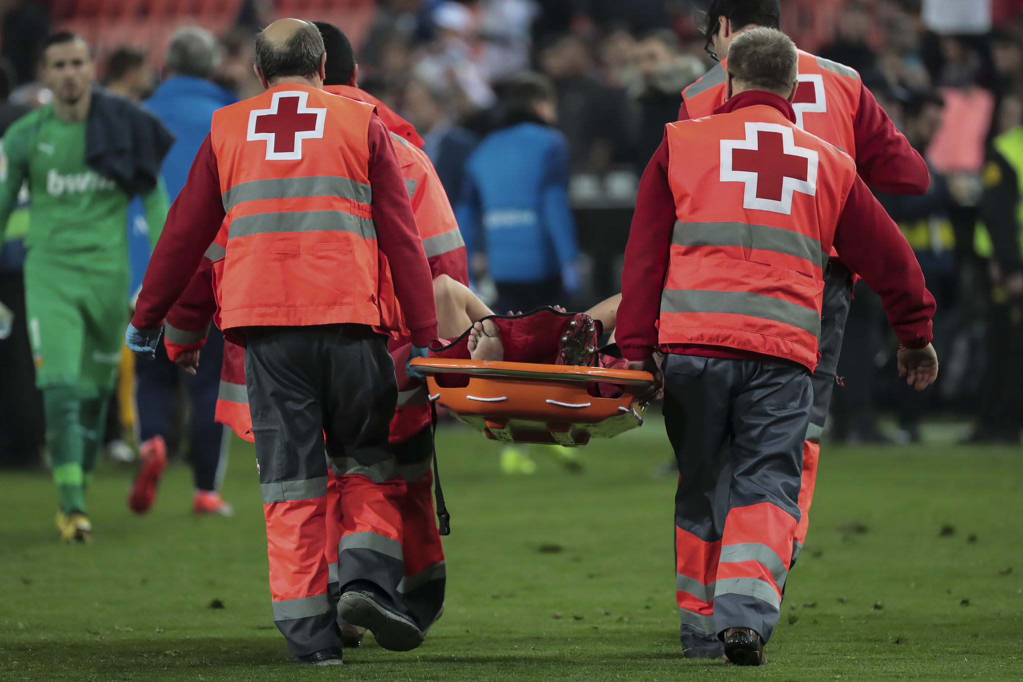 Gabriel Paulista es retirado en camilla del estadio de Mestalla