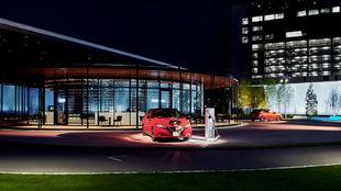 Un Nissan Leaf en descarga en el Nissan Pavilion de Yokohama.