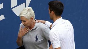 Laura Clark y Novak Djokovic, momentos después del incidente.
