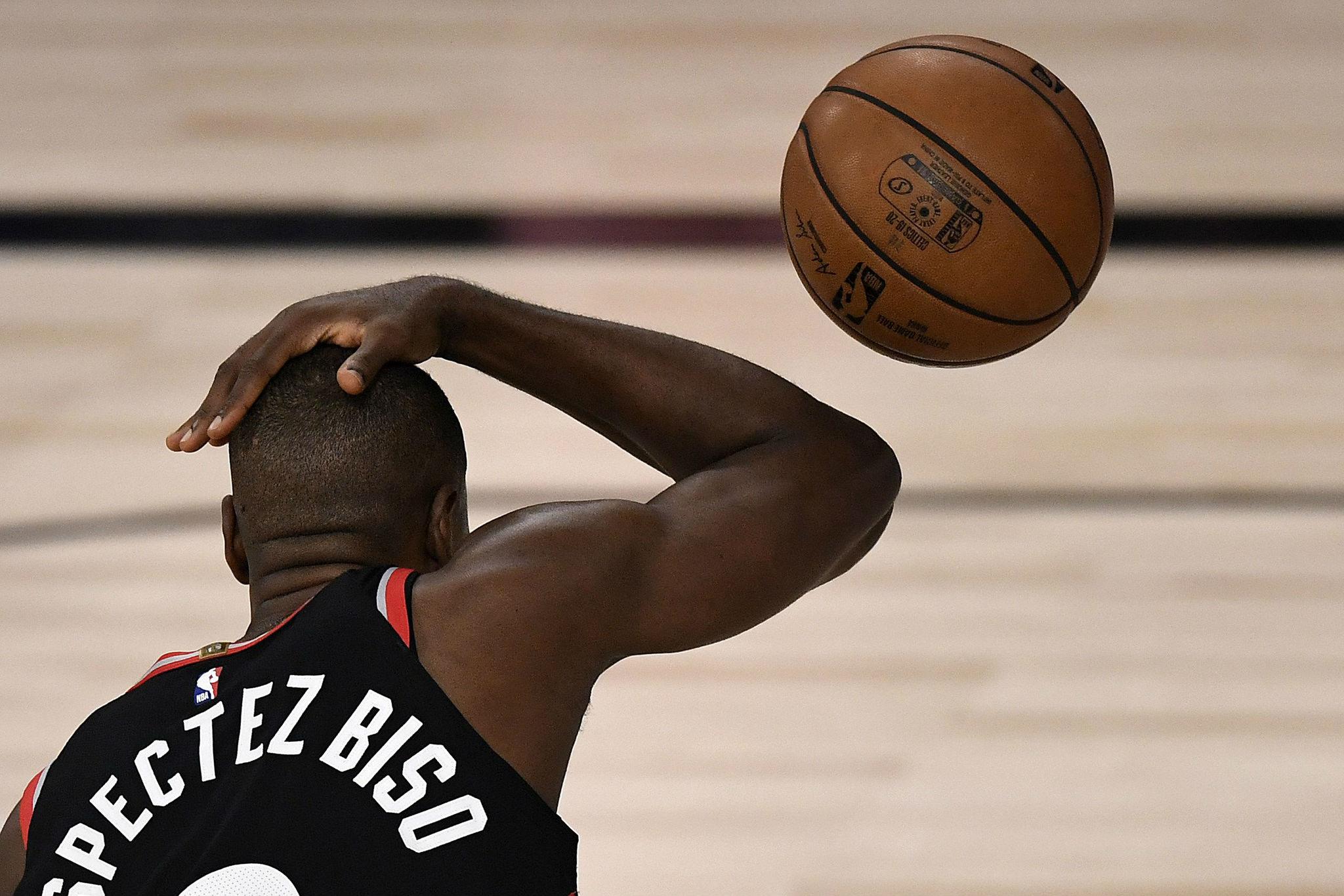 Serge Ibaka acabó lesionado y es seria duda para el sexto Raptors-Celtics