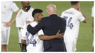Rodrygo y Zidane, durante la celebración del título de Liga.