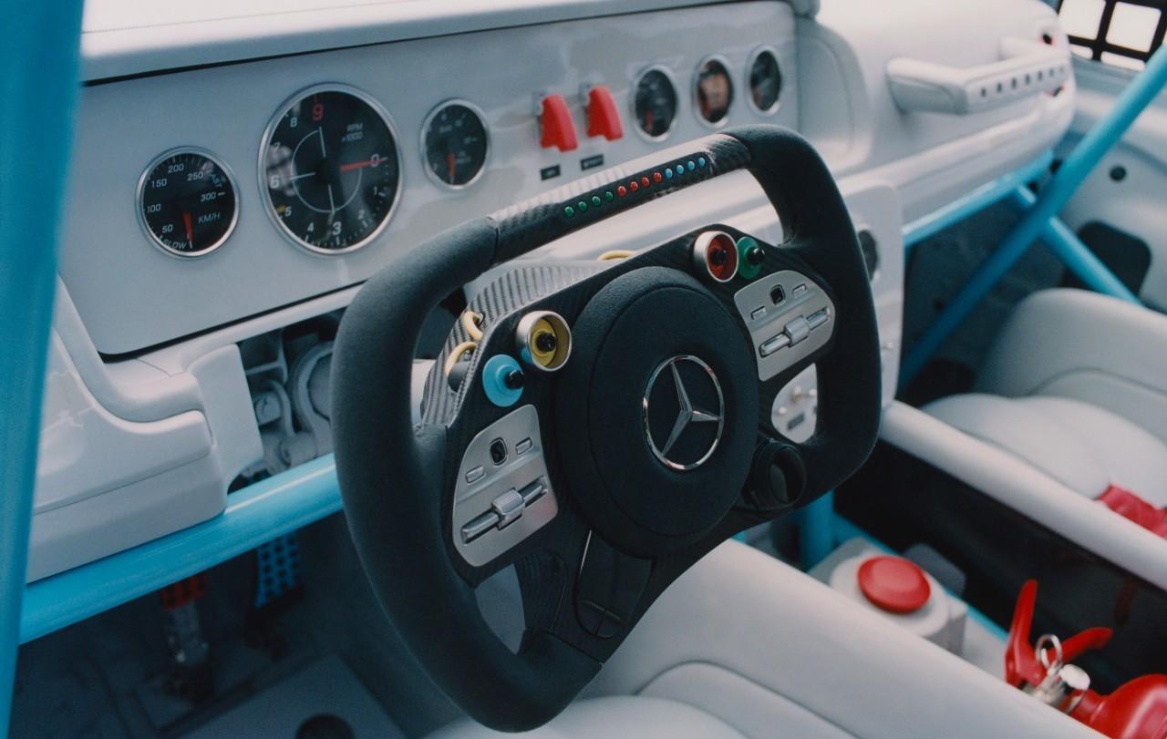 El volante inspirado en los de competición contrasta con la sencillez del resto del habitáculo.