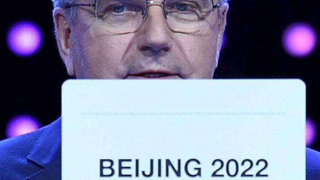 Thomas Bach, con el cartel de Pekín 2022