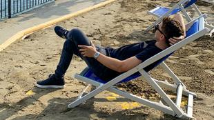 Jorge Lorenzo, tumbado, tomando el sol.