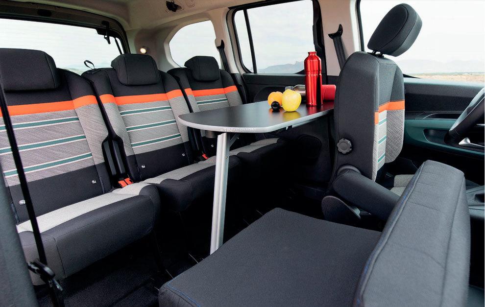 La mesa se puede emplear en exterior y en interior.