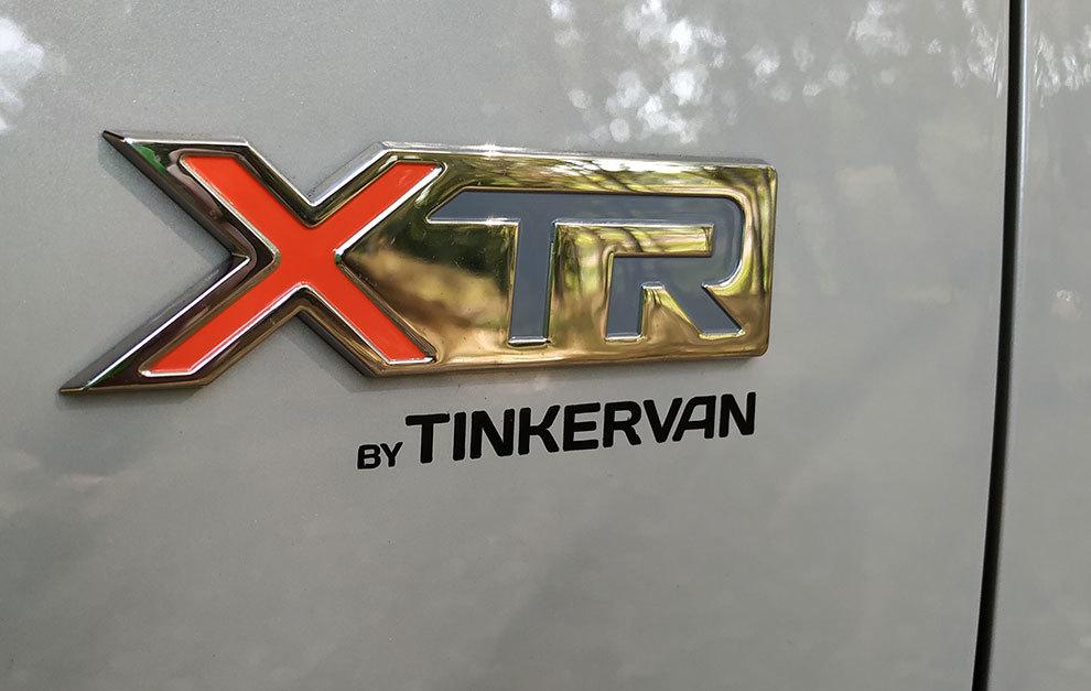 Un pequeño logotipo identifica a la versión camperizada.