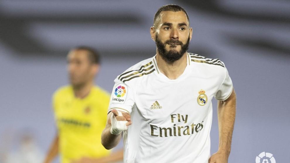 Benzema celebra un gol con el Real Madrid en la recta final de la...