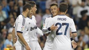Özil celebra un gol en su etapa en el Madrid con CR7, Benzema y...