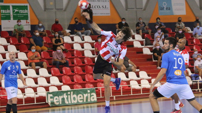 Carou lanza a gol en su debut oficial con el Puerto Sagunto /