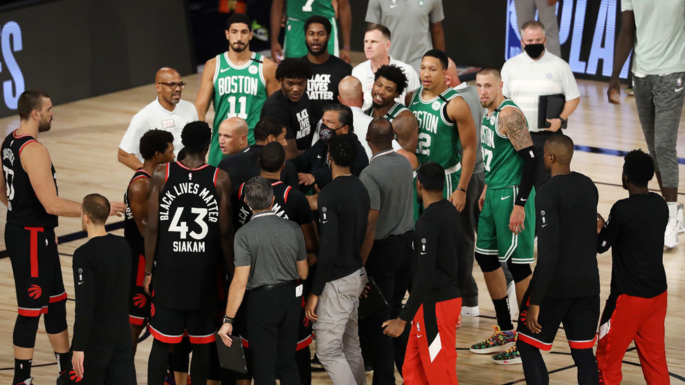 Los jugadores de Raptors y Celtics separados por los entrenadores