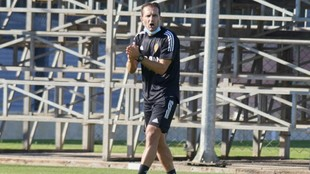 Rubén Baraja da instrucciones a sus jugadores en un entrenamiento.