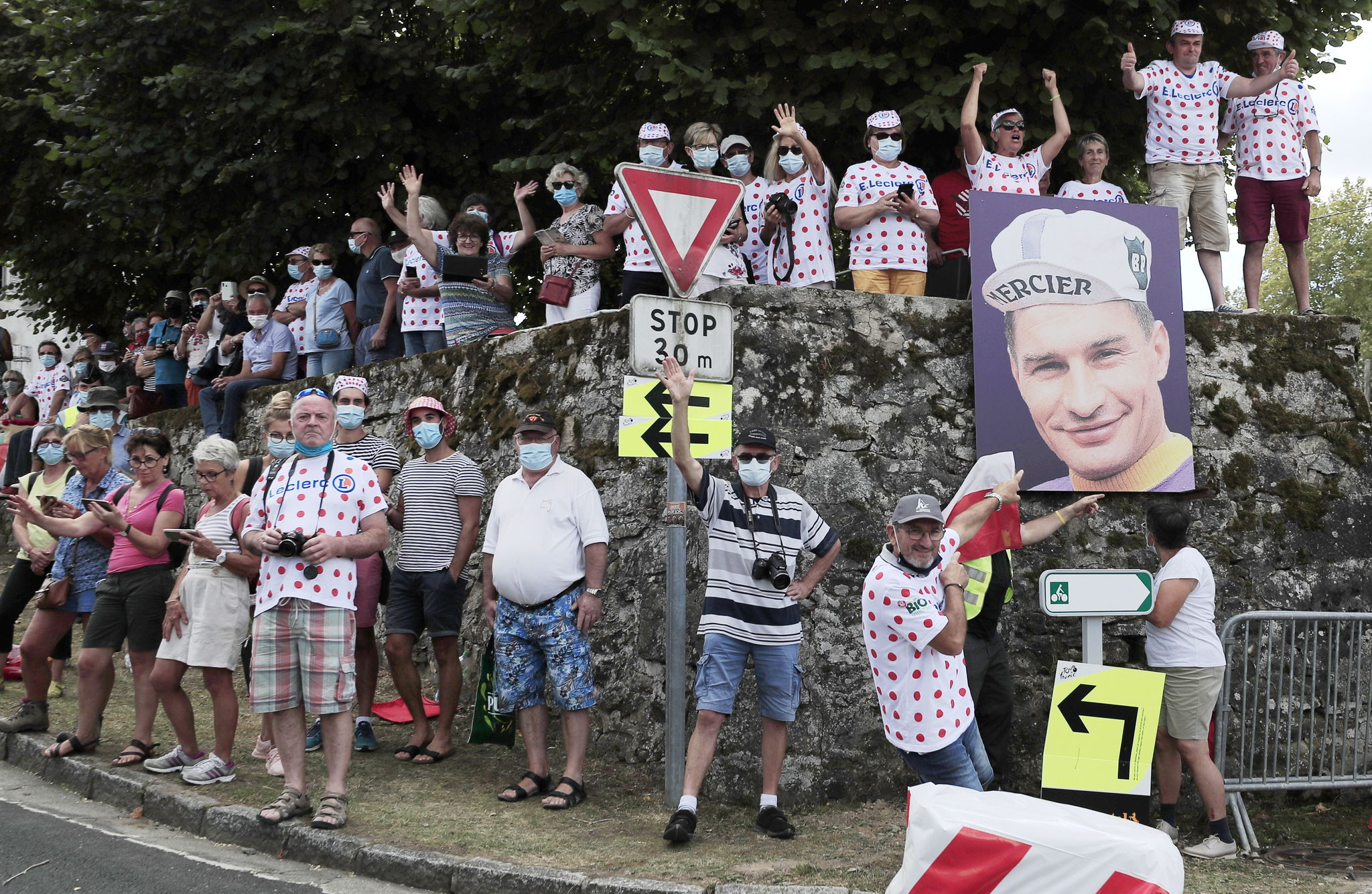 Sarran (France), 10/09/2020.- A spectator points at a poster of late French cyclist Raymond Poulidor as he waits for the peloton during the 12th stage of the lt;HIT gt;Tour lt;/HIT gt; de France cycling race over 218km from Chauvigny to Sarran, France, 10 September 2020. (Ciclismo, Francia) EFE/EPA/CHRISTOPHE PETIT TESSON