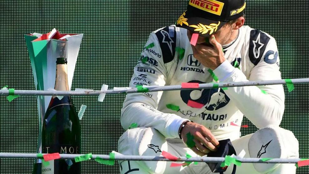 Pierre Gasly mira el trofeo asombrado, en el podio del GP de Italia.