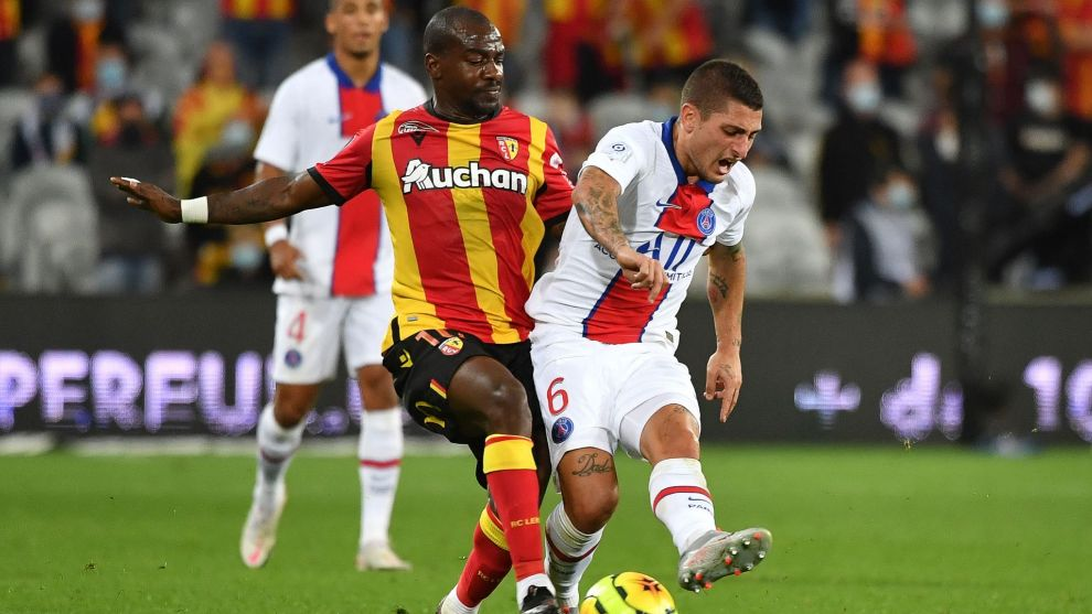 Lens Congolese midfielder Gael Kakuta (L) fights for the ball with Paris Saint-Germains Italian midfielder Marco Verratti during the French L1 football match between Racing Club de Lens (RCS) and Paris-Saint-Germain ( lt;HIT gt;PSG lt;/HIT gt;) at the Felix Bollaert-Delelis stadium in Lens, northern France, on September 10, 2020. (Photo by Denis Charlet / AFP)