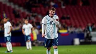 Leo Messi, cabizbajo, durante un partido entre España y Argentina....