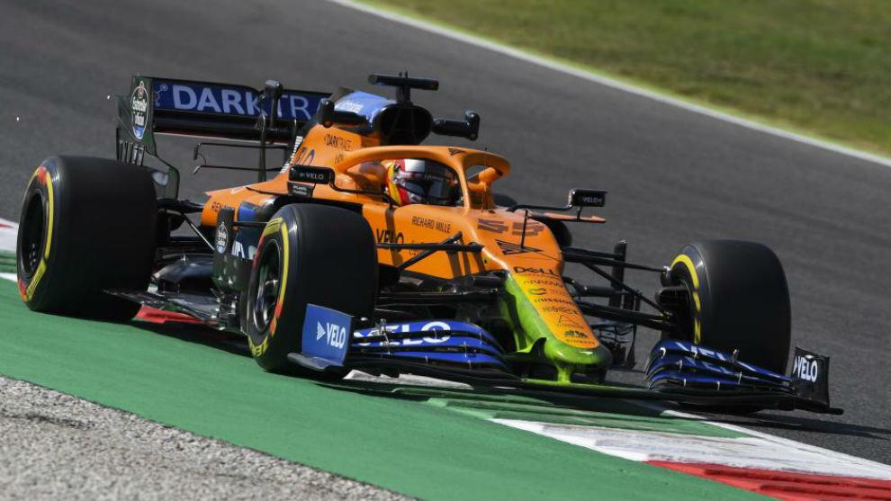 Carlos Sainz, con el nuevo morro experimental de McLaren al estilo...