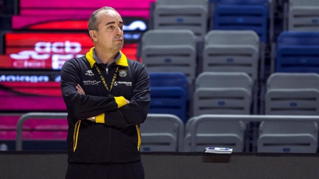 Txus Vidorreta observa un entrenamiento de su equipo, el Iberostar...