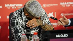 Éver Banega rompe en lágrimas en su despedida.