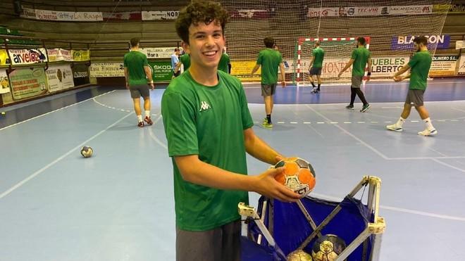 Alberto Montiel, recogiendo los balones tras un entrenamiento /
