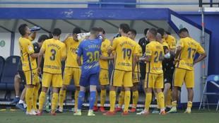 Los jugadores del Alcorcón se refrescan durante un partido de la...