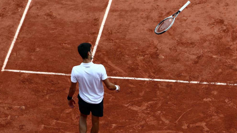Djokovic lanza la raqueta durante un partido